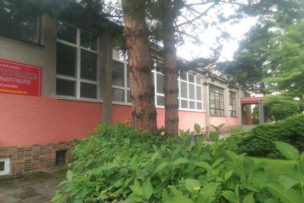 Ubytovacia kapacita školského internátu je 200 miest. Žiaci sú ubytovaní v dvoj a trojlôžkových izbách, ktoré tvoria jednu bunku (dve izby a sociálne zariadenie). V školskom internáte sa nachádza 40 buniek, 80 izieb, sedem poschodí.