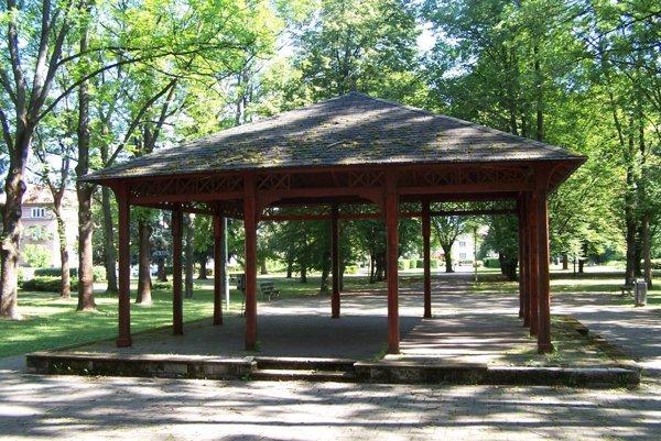 Romantika v parku aj niečo stojí. Použitie altánku radnica ocenila.