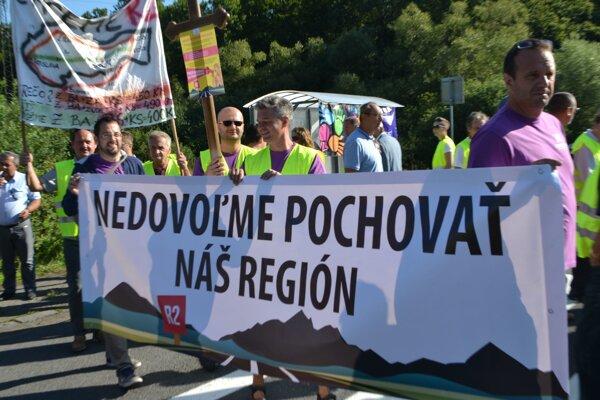 Nedávna blokáda cesty  pri Ožďanoch v Rimavskosobotskom okrese.