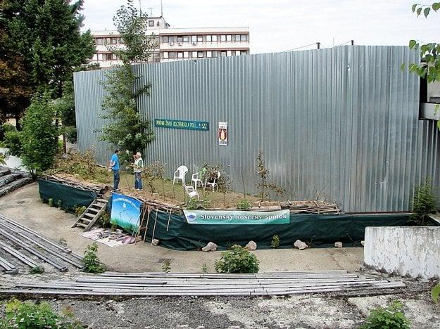 Pódium za plotom. Fotka z roku 2015.