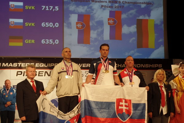 Pavol Slíž (v strede).