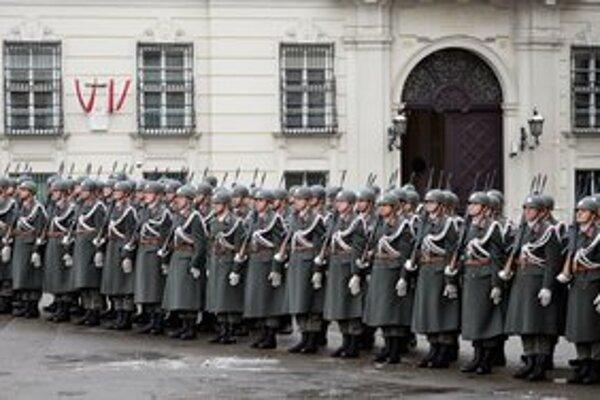 Rakúski muži budú naďalej povinne rukovať.