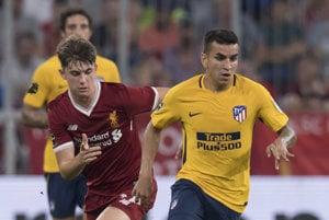 Ángel Correa (vpravo) z Atlética Madrid uniká s loptou Benovi Woodburnovi z FC Liverpool.