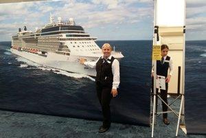 V luxusnom plávajúcom meste, kde pracuje Linda Dachová Zambrano, je približne jeden člen posádky na dvoch pasažierov. Dokopy je tu 3200 pasažierov a 1500 členov posádky.