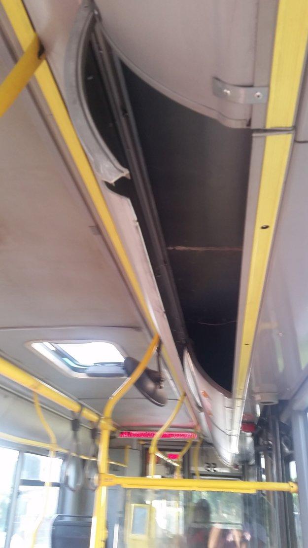 Obloženie autobusu. Nikoho z DPMK nevyrušilo, že je uvoľnené?