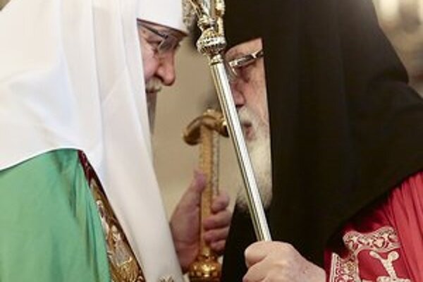 Ruský a gruzínsky patriarchovia Kirill a Ilia II.(vpravo) sa zišli v Moskve.