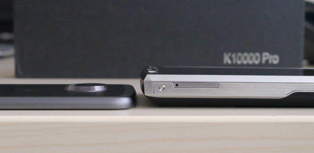Na ľavej strane je Lenovo Moto Z2 Play, jeden z najtenších smartfónov súčasnosti.