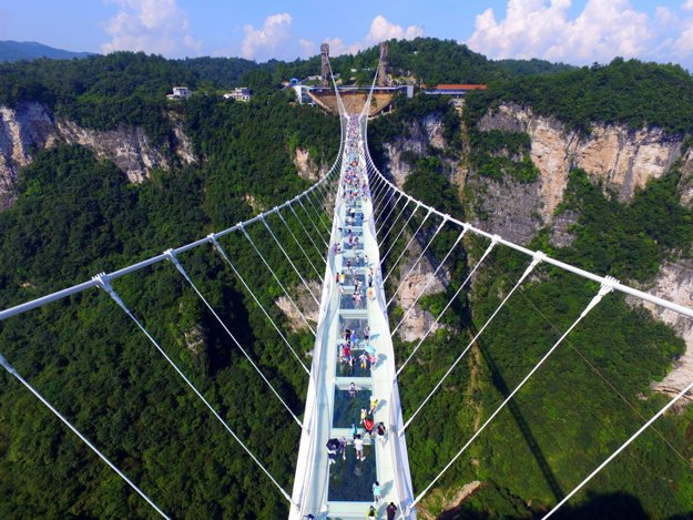 Zhangjiajie Grand Canyon Glass Bridge v juhočínskej provincii Hunan.