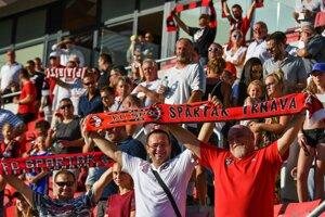 Fanúšikovia Spartaka Trnava ženú svoj tím dopredu.