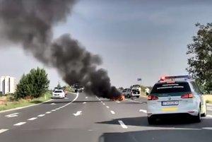 Policajti si všimli hustý dym a plamene.