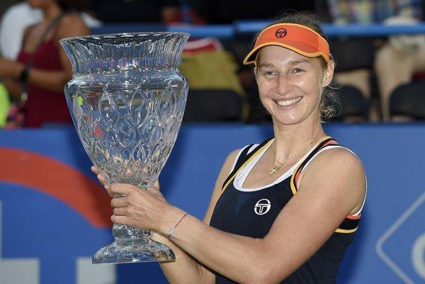 Jekaterina Makarovová sa raduje s víťaznou trofejou.