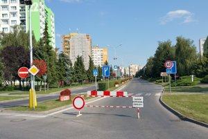Zzavretá Malohontská ulica v Rimavskej Sobote - križovatka s Jánošíkovou ulicou.