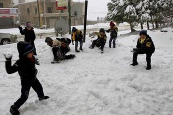 Sýrske deti sa guľujú v meste Bhamdoun na východ od Bejrútu.
