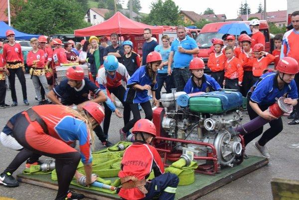 Chlapci zKorne počas hasičského útoku.