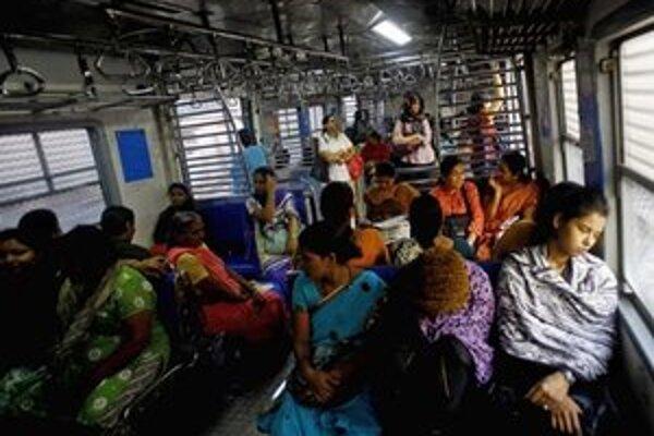 Indické ženy cestujú v ženskom vozni vo vlaku v Bombaji.
