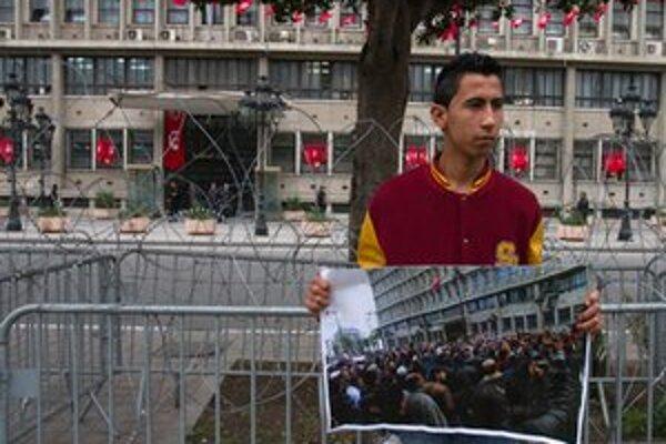 Tuniský demonštrant pred budovou ministerstva vnútra.