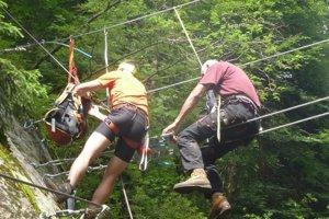 Dobrovoľníci pri stavbe mostíka.
