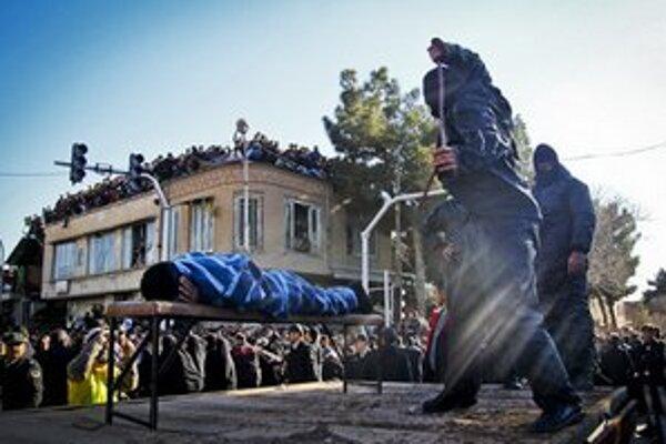 Ďalších mužov potrestali aj zbičovaním.