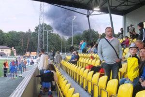 Takýto kúdol dymu videli návštevníci počas dnešného otvorenia žiarskeho futbalového štadióna.