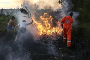 Niekoľko tisíc ľudí v dovolenkovej oblasti severovýchodne od gréckej metropoly Atény museli evakuovať pre lesné požiare.