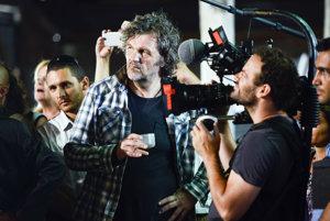 Emir Kusturica. Je rodákom z bosnianskeho Sarajeva, absolvent pražskej FAMU, získal v roku 1981 za svoj prvý celovečerný hraný film pre kiná Spomínaš na Dolly Bell hneď dve ocenenia benátskeho filmového festivalu. Medzi jeho najúspešnejšie filmy patrí Underground, Dom obesenca, Arizona Dream a Čierna mačka a biely kocúr.