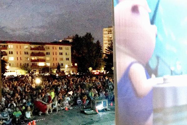 Na námestie prišlo približne tisíc divákov.