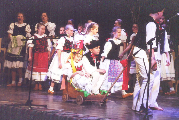Malí folkloristi počas programu Svadbička.