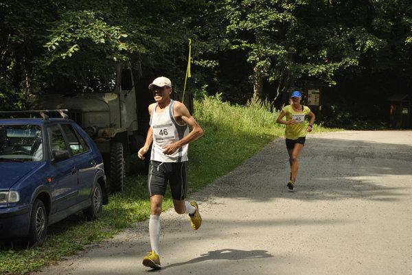 Na trati. Bývalý paralympionik Anton Sluka, za ním ženská víťazka ZuzanaStanovčáková.