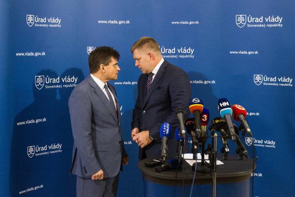 Predseda vlády SR Robert Fico a minister školstva Peter Plavčan na tlačovej besede po rokovaní vlády 24.7. 2017.
