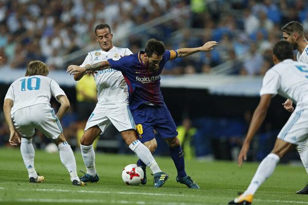 Lionel Messi prichádza o loptu v súboji s Lucasom Vazquezom.