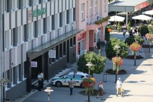 Vchod do pobočky banky strážila policajná hliadka.