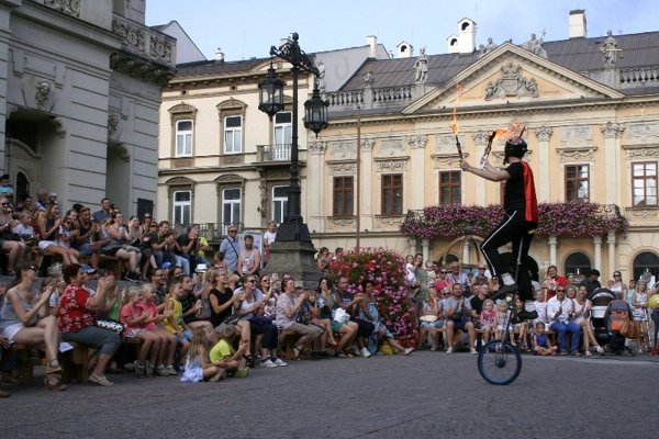 Schody ako hľadisko. Predstavenia sa konajú aj priamo pred Štátnym divadlom.