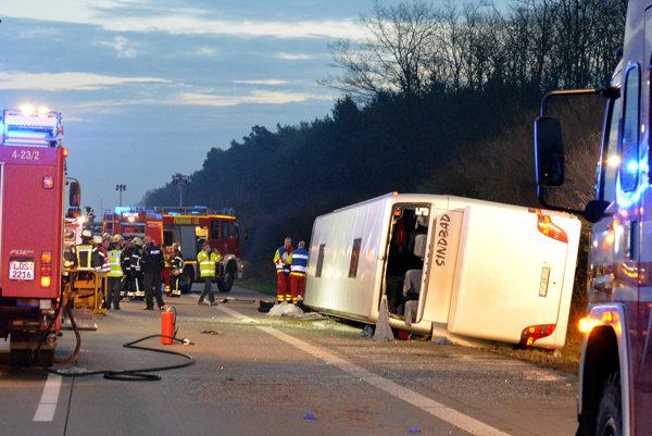 Prácu nemeckých záchranárov až príliš často komplikujú ľudia, ktorí si chcú nehodu odfotiť.