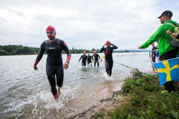 Sobotné ráno. O8.00 hod. väčšina ľudí ešte spí, no Michal Chudý (vľavo) má za sebou už skoro 4 km plávania.