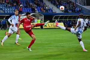Michal Ranko (v červenom) v súboji s Macdonaldom Nibom v zápase 5. kola Fortuna ligy FK Senica - FC Nitra.