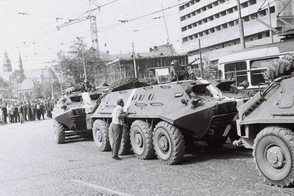 Okupanti na Námestí osloboditeľov. Do ich vozidiel hádzali rozzúrení Košičania kamene.
