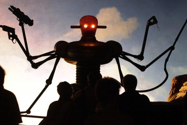 Ľudia stoja pred vystaveným robotom na Expo 2000 v Nemecku.