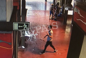 Na videosnímke z bezpečnostnej kamery zverejnenej španielskym denníkom El País útočník Younes Abouyaaquoubis kráča cez tržnicu La Boqueria.