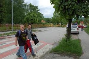 Deti treba naučiť prechádzať po priechodoch pre chodcov.