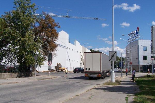 Od železničnej a autobusovej stanice v Martine sa smerom do centra bude doprava riadiť pomocou svetelnej križovatky.