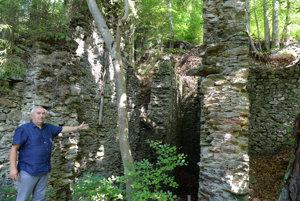 Pod obcou Zlatá Idka, ktorá sa preslávila baníctvom sa dodnes nachádza viac ako 100 štôlní. Podľa obyvateľky obce Viery Filčákovej, ktorá sa dlhodobo zaoberá jej históriou, baníctvo bolo v Zlatej Idke pravdepodobne rozvinuté už v dobe bronzovej, keďže sa tam v minulosti našiel bronzový depot. Bane sa uzavreli v roku 1922 a v 1926 už definitívne. Jediná šachta, ktorá vychádza na povrch je šachta Svajczer, ktorú v obci nazývajú Kumšt (na snímke, vľavo starosta obce Stanislav Rusnák).