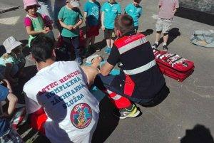 Škôlkári majú o prácu záchranárov veľký záujem.