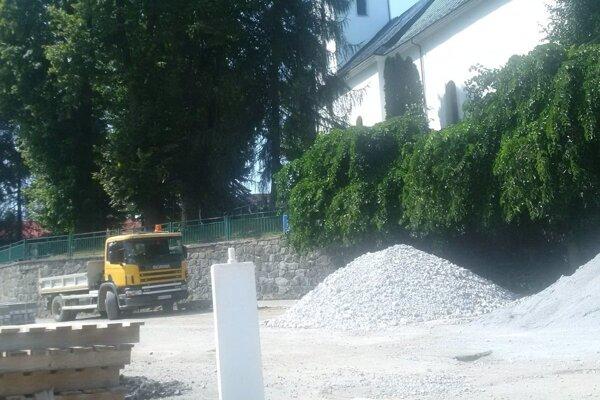 Mesto už začalo upravovať plochu pod kostolom, pri banke má vpláne.