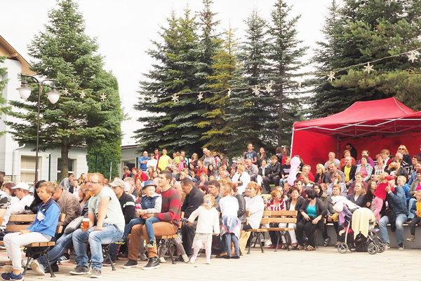 Účastníci obecných slávností.