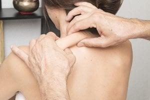 Syndróm zmrznutého ramena. ramenný kĺb stuhne natoľko, že je nemožné robiť čo i len jednoduché pohyby rukou. Bolestivé sa tak stanú každodenné aktivity ako vyzliekanie trička, dvíhanie čajníka či česanie vlasov.