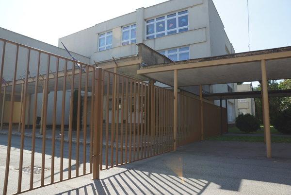 Nový plot oddeľujúci dve školy v Moldave nad Bodvou.