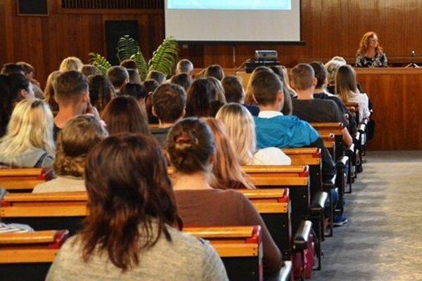 V pondelok 4. septembra zasadne do lavíc stredných škôl v pôsobnosti Žilinského samosprávneho kraja 23 069 žiakov.
