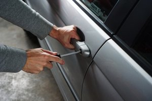 Nedostatočné zabezpečenie auta proti krádeži sa vám môže vypomstiť.