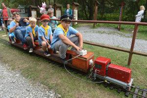 Deti sa vozia na malej elektrickej železnici na stanici Alpinka.