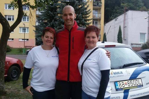 Matej spracovníčkami Svetielka nádeje na turnaji ( zľava Ingrid Škropeková, Matej Tóth aIveta Pisárová)